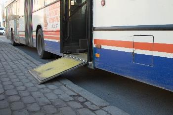 На городских маршрутах курсируют 11 автобусов, оборудованных аппарелями для посадки/высадки  инвалидов-колясочников.