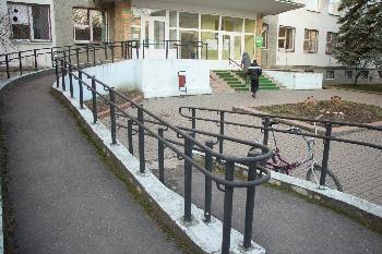 Все городские больницы и школы оборудованы  пандусами.