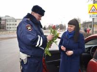 Новгородские автоинспекторы поздравили горожанок с 8 марта