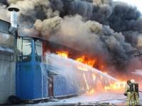 В центре Великого Новгорода горит ангар - кровля обрушилась, пожару присвоен повышенный номер сложности