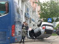 В центре Великого Новгорода во время ДТП перевернулся автомобиль