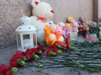 Новгородцы несут к Кремлю цветы и детские игрушки в память о погибших в Кемерове