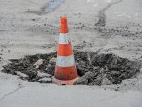 На Лужском путепроводе залатали дорожные ямы